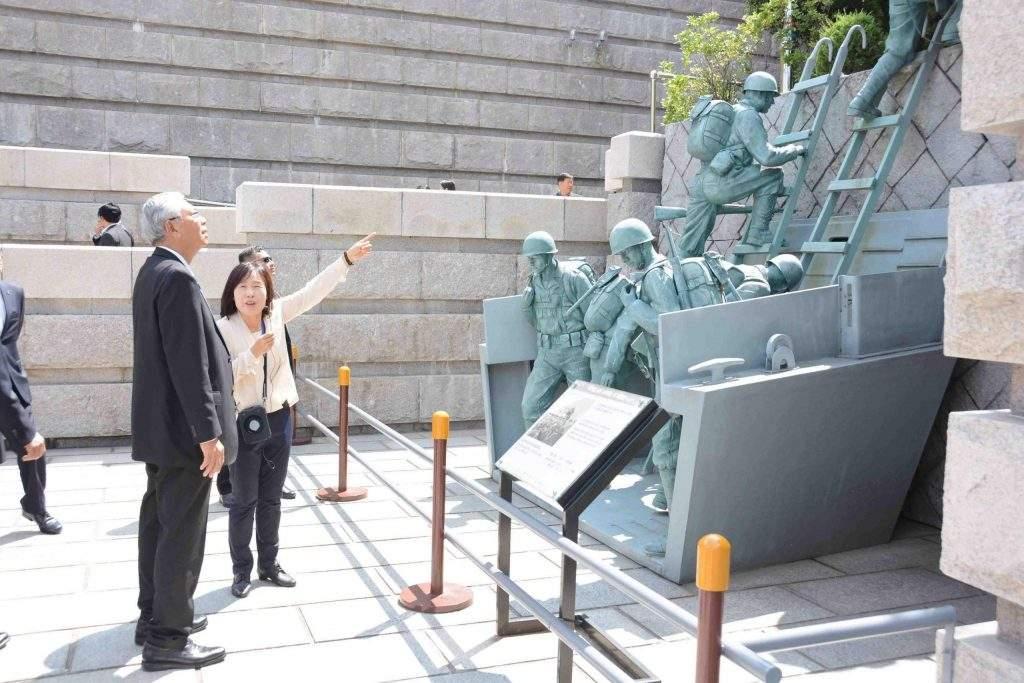 President U Htin Kyaw visits memorial place for Incheon Landing Operation.