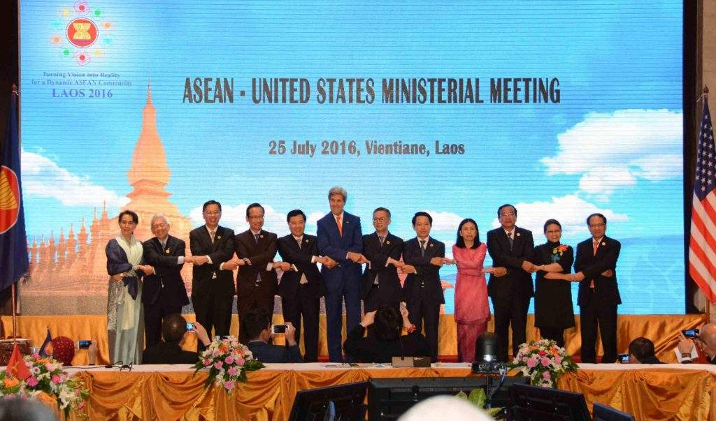 Foreign Ministers of ASEAN pose for the photo in ASEAN way together with US Secretary of state John Kerry. Photo: MNA