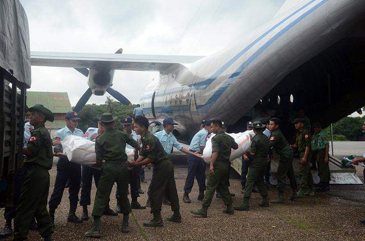 Tatmadaw members loading a truck with rice bags to send them to flood victims in Rakhine State.