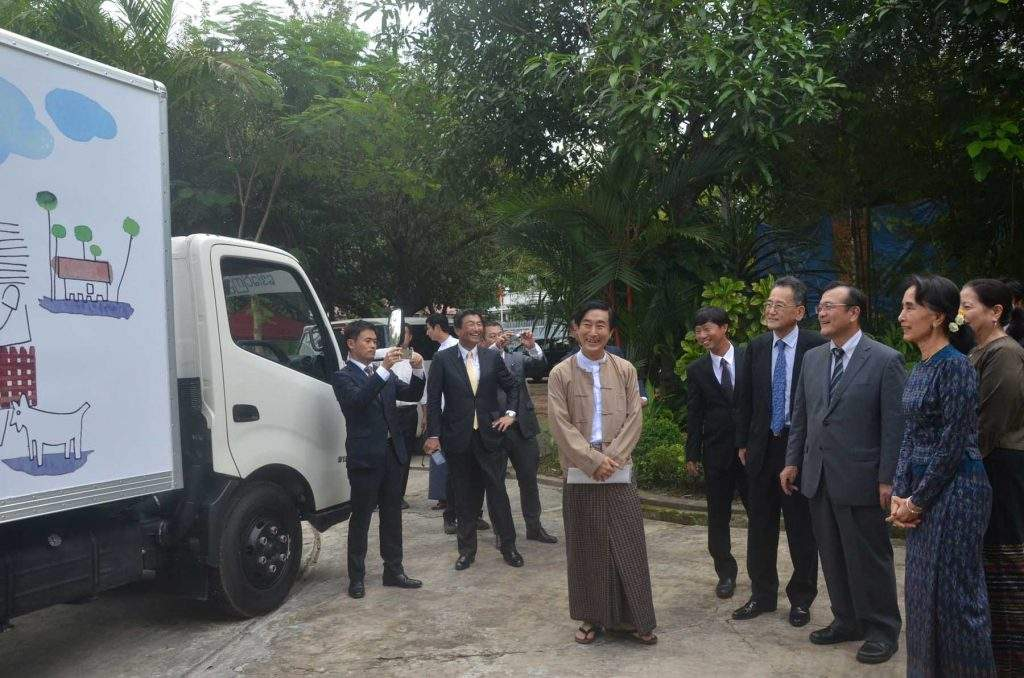 State Counsellor being seen observing the mobile library. Photo: MNA