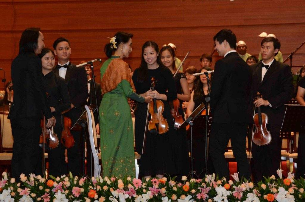 State Counsellor Daw Aung San Suu Kyi extends greetings to musicians in Nay Pyi Taw. Photo: MNA