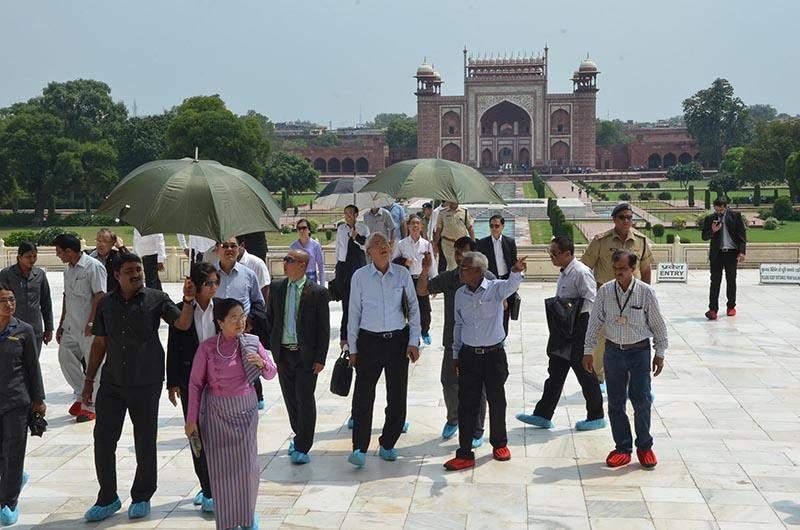 President U Htin Kyaw and wife Daw Su Su Lwin visit Taj Mahal in India. Photo: MNA