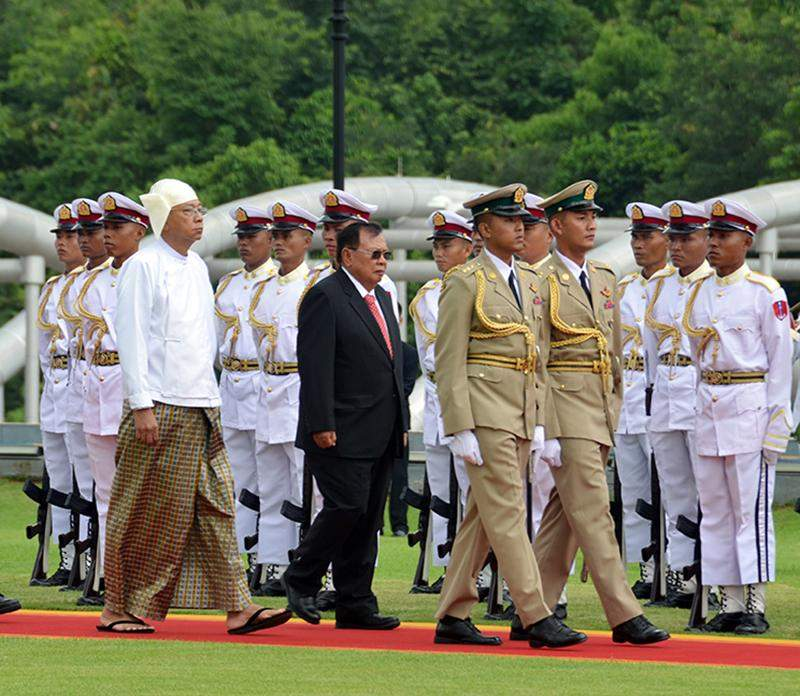 President U Htin Kyaw and Laotian President Mr. Bounnhang Vorachith inspect the Guard of Honour in Nay Pyi Taw.