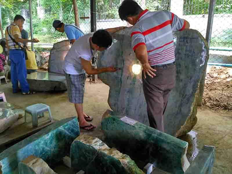 Traders evaluate jade stones during an emporium in Nay Pyi Taw. Photo: MNA