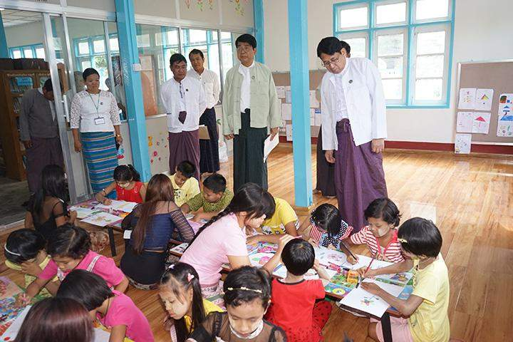 Union Minister Dr Pe Myint visits the children's library at the office of the Pyinmana Township Information and Public Relations Department.