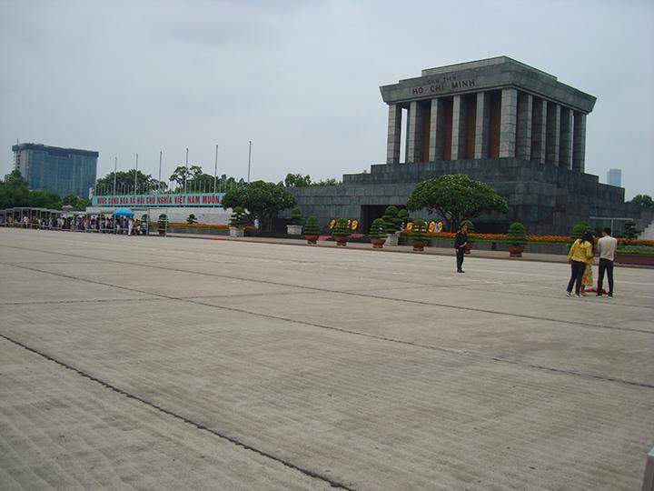 Tourists are waiting in front of the Ho Chi Minh's Mausoleum.