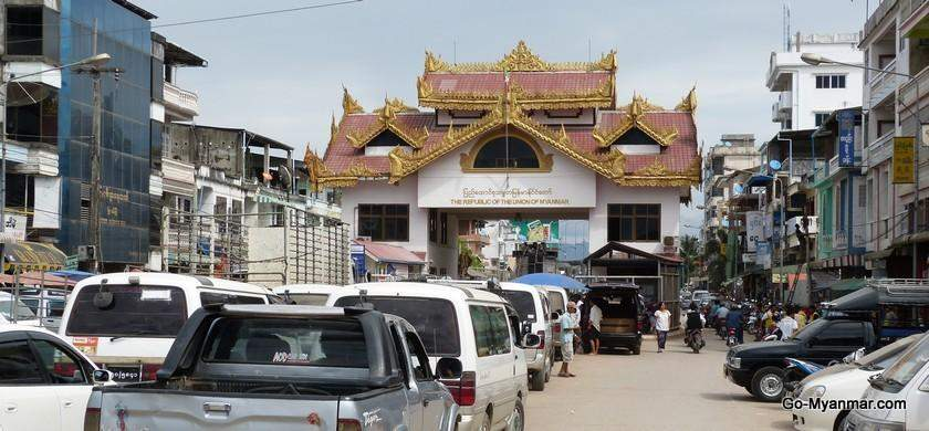The Myawady-Mae Sot Border between Myanmar and Thailand being seen busy with those waiting to cross the border gate. Photo: Go-Myanmar.com