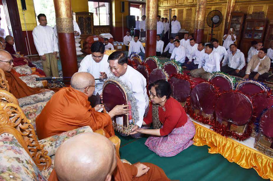 Senior General Min Aung Hlaing and wife presenting offertories to a Sayadaw. Photo: MNA