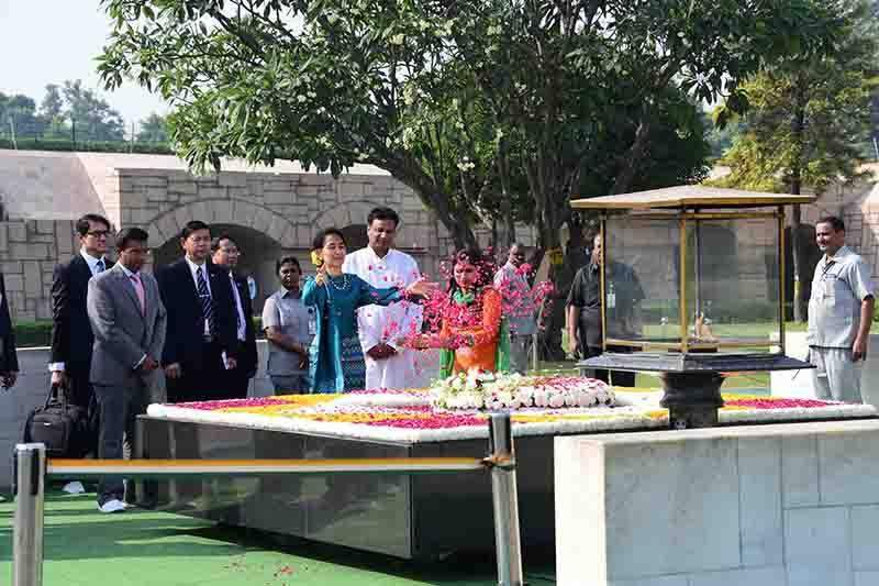 Daw Aung San Suu Kyi paying tribute to Mahatama Gandhi at Raj Ghat in New Delhi. Photo: MNA