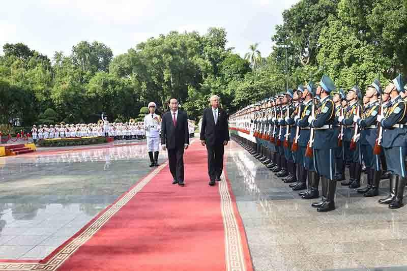 President U Htin Kyaw inspects the guard of honour in Hanoi. Photo: MNA