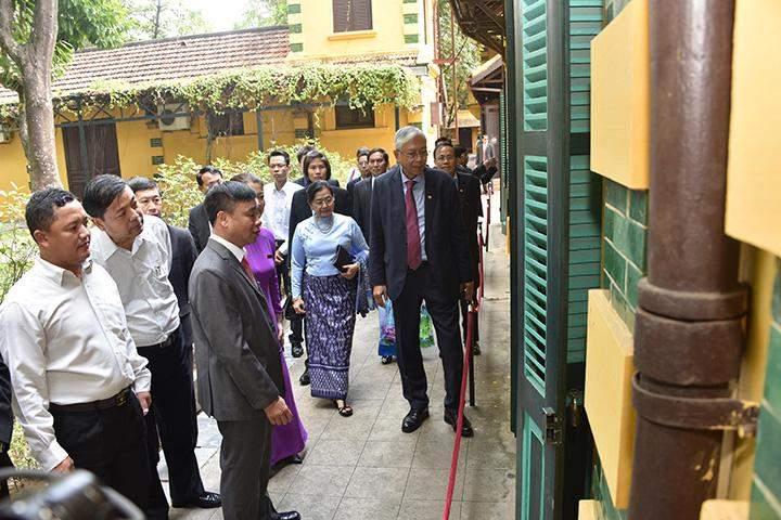 President U Htin Kyaw and wife Daw Su Su Lwin visit Ho Chi Minh House in Hanoi, Viet Nam.