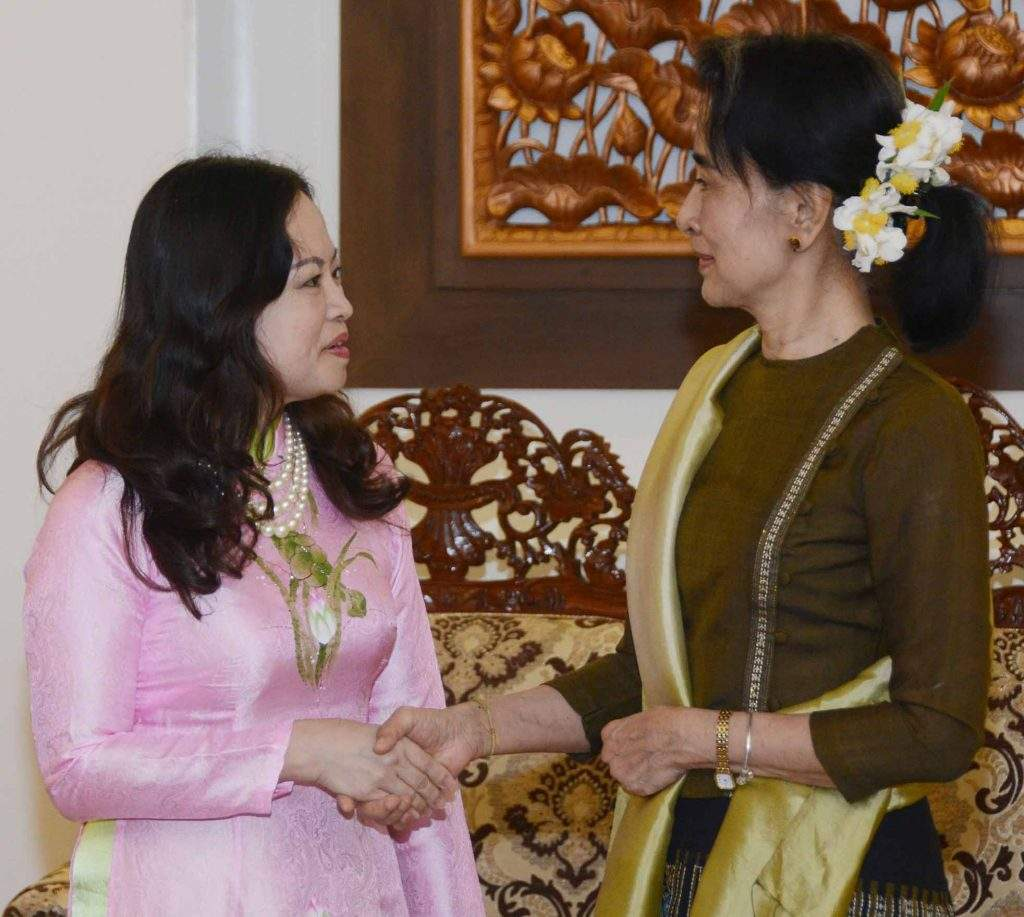 State Counsellor Daw Aung San Suu Kyi shakes hands with Mrs Luan Thuy Duong. Photo: MNA