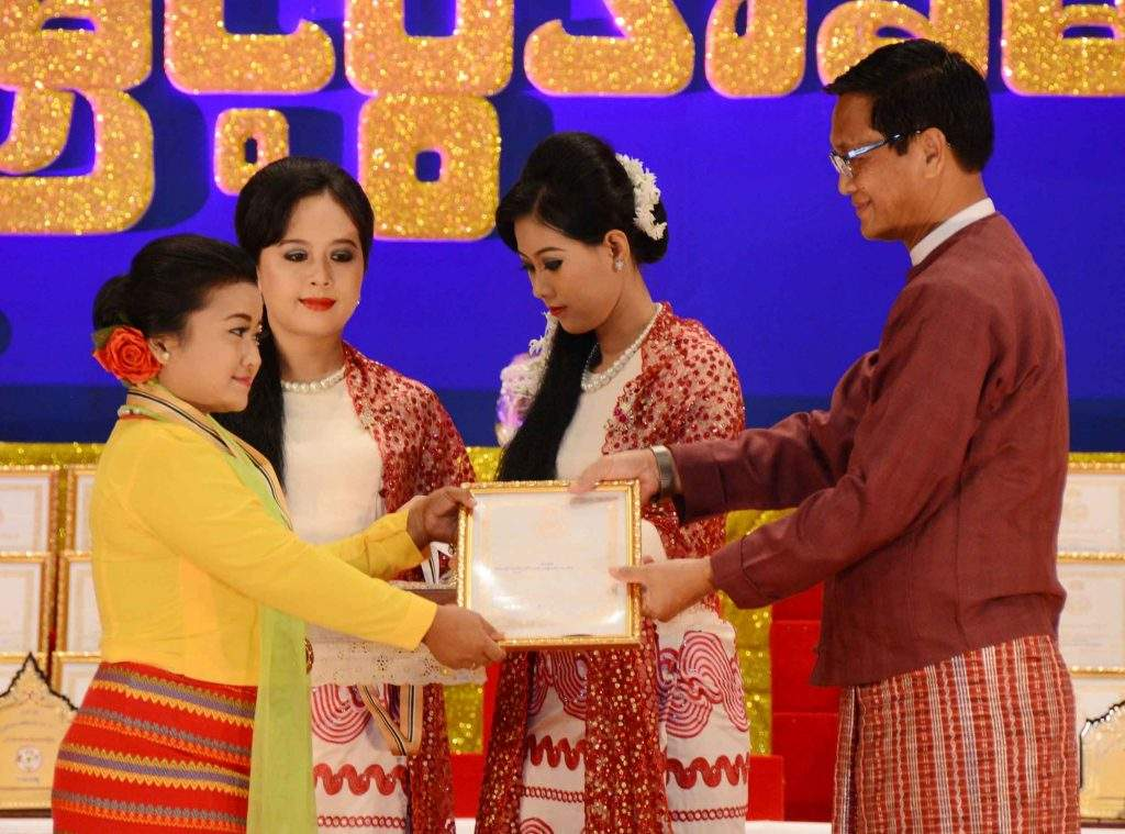 Vice President U Henry Van Thio presents prize to a winner of the 22nd Myanmar Ethnic Traditional Performing Arts Contest. Photo: MNA