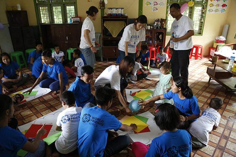 Volunteers of KOICA enjoy activities with orphans.