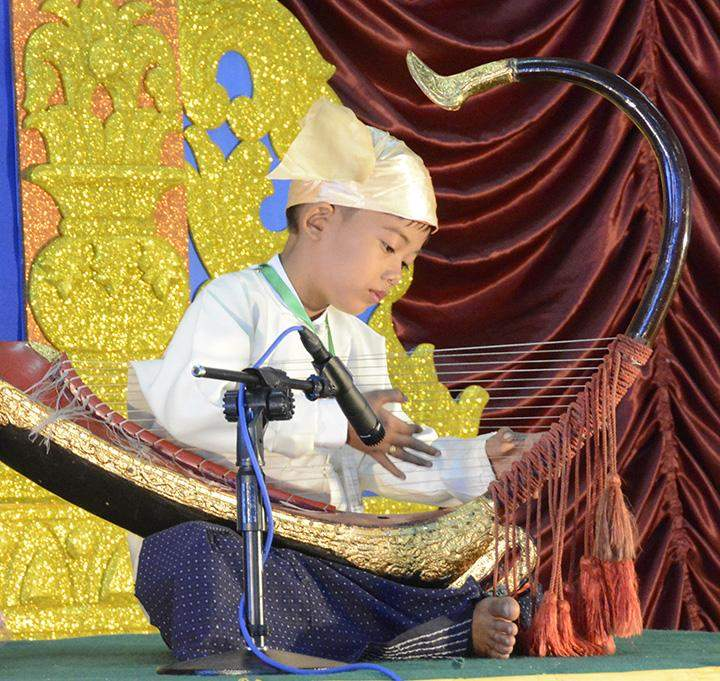 A student participating in a harp playing contest.