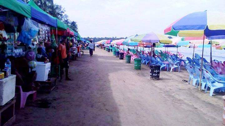 Stalls occupy the walking of the beach.