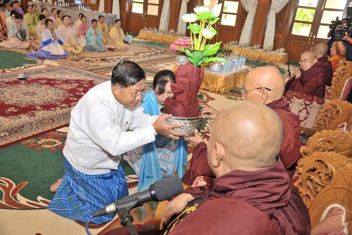 Senior General Min Aung Hlaing and wife Daw Kyu Kyu Hla offering Kathina robes.