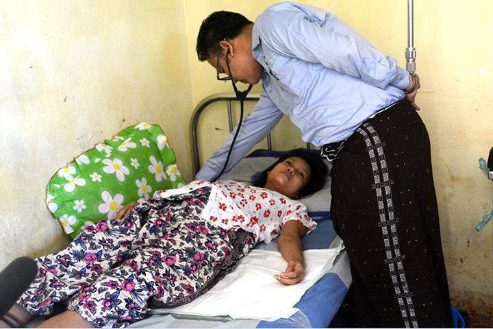 A displaced woman receives physical examination.