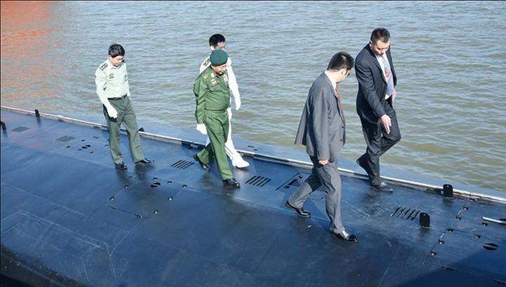 Senior General Min Aung Hlaing observes a submarine during his tour of China.