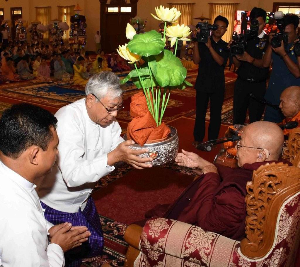 President U Htin Kyaw offers robes to Bhaddanta Kavisara. Photo: MNA