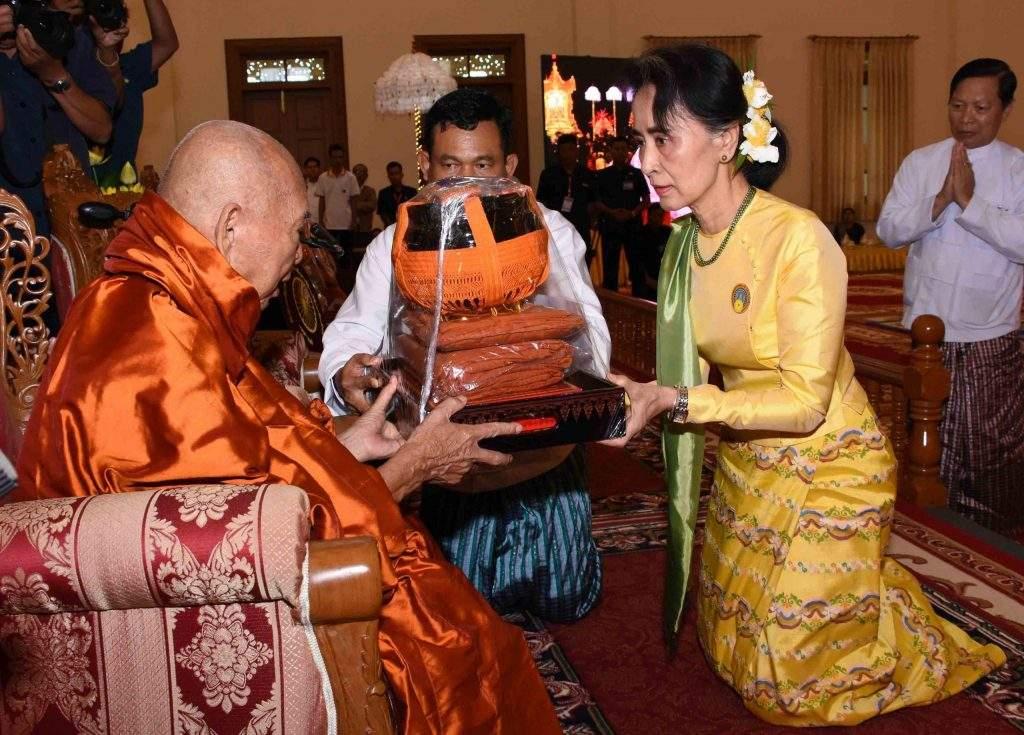 State Counsellor Daw Aung San Suu Kyi offers paraphernalia to Bhaddanta Kumara. Photo: MNA