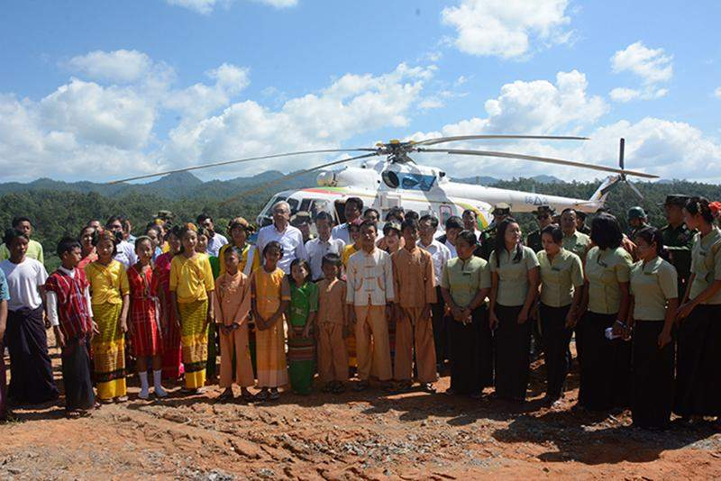President U Htin Kyaw poses for documentary photo together with departmental staff and local ethnic children in Maesae.
