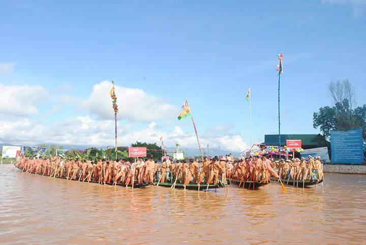 Intha ethnic people prepare for boat racing at the ceremony to mark the first Intha National Day.