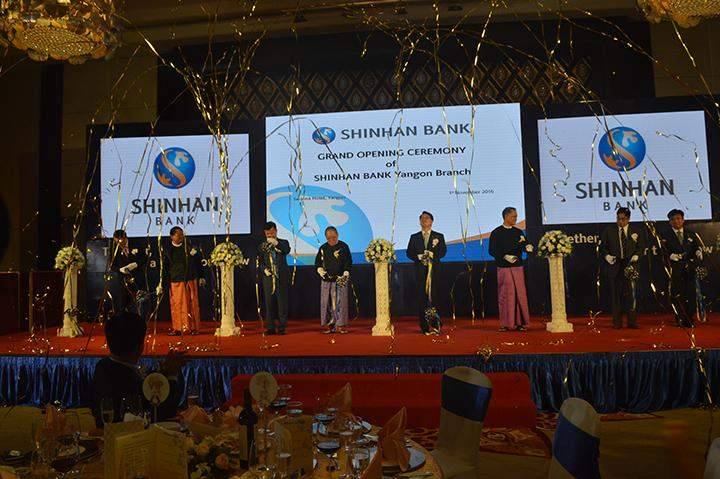 Shinhan Bank Chairman and Central Bank of Myanmar Chairman formally opening the Shinhan Bank.