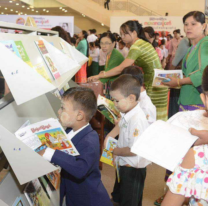 Children enjoy the Children's Literature Festival together with teachers.
