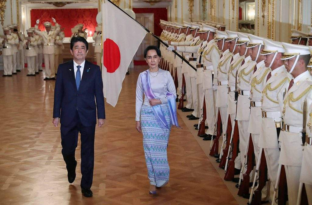 State Counsellor Daw Aung San Suu Kyi, accompanied by Japan's Prime Minister Shinzo Abe, inspects the guard of honor before their meeting at the state guest house in Tokyo, Japan 2 November 2016. Photo: Reuters