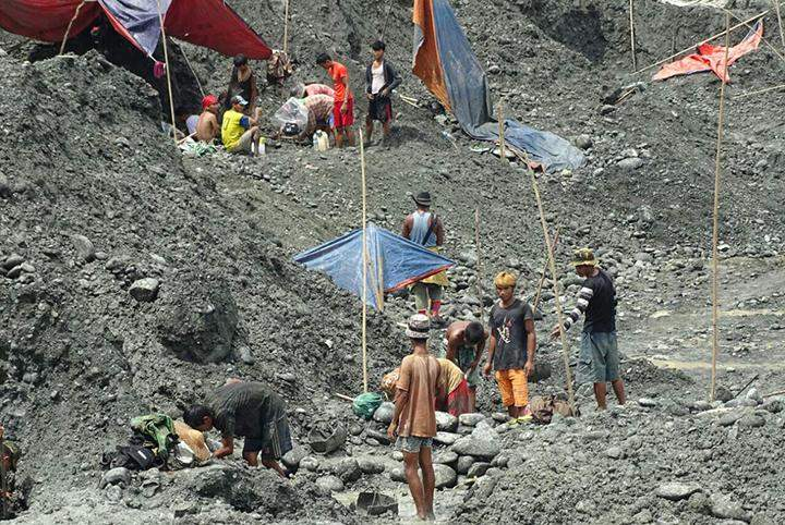 Migrant workers search jade stones in Hpakant.