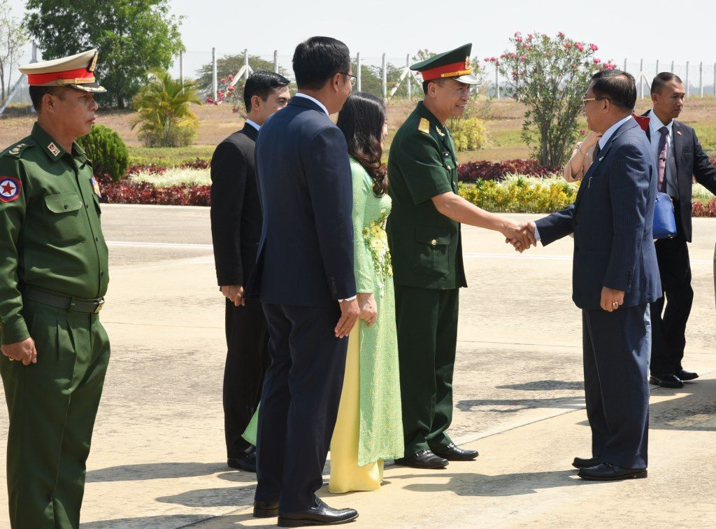 Senior General Min Aung Hlaing being welcomed by Lt-Gen Vu Chien Thang,Director of the Foreign Relations Department of Vietnam Defence Services . Photo: MNA