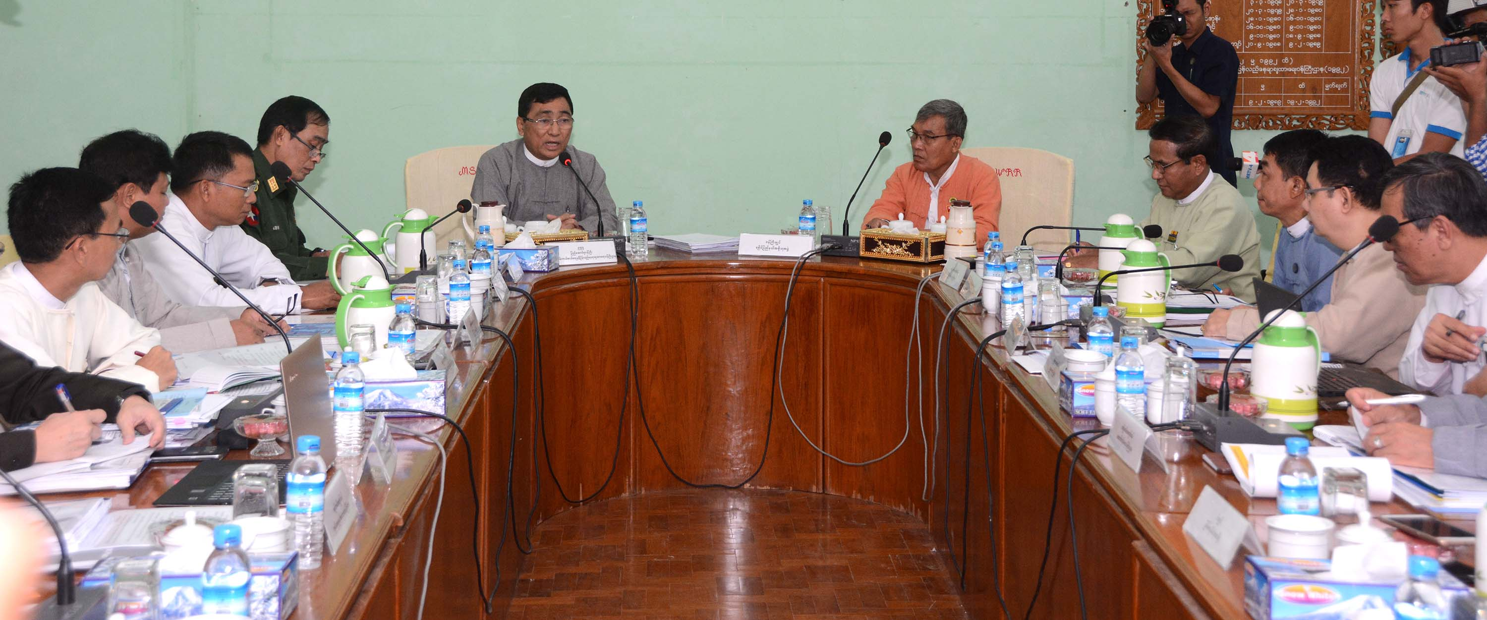 Dr. Win Myat Aye (Centre, Left) and Rakhine State Chief Minister U Nyi Pu (Centre, Right) discuss at meeting of the Implementation Committee on Recommendations on Rakhine.Photo: MNA