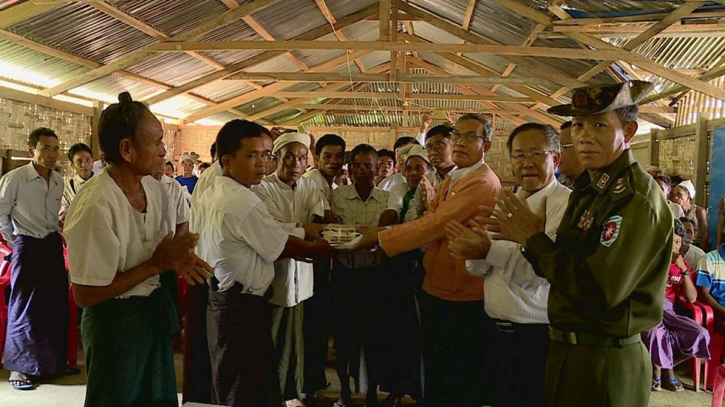 Rakhine State Chief Minister U Nyi Pu hands over cash assistance to villagers in Maungtaw.Photo: MNA