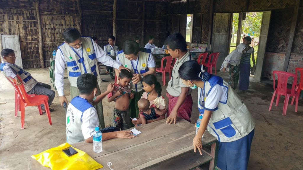 Mobile health care members providing medical treatment to the children in Maungtaw yesterday.Photo: MNA