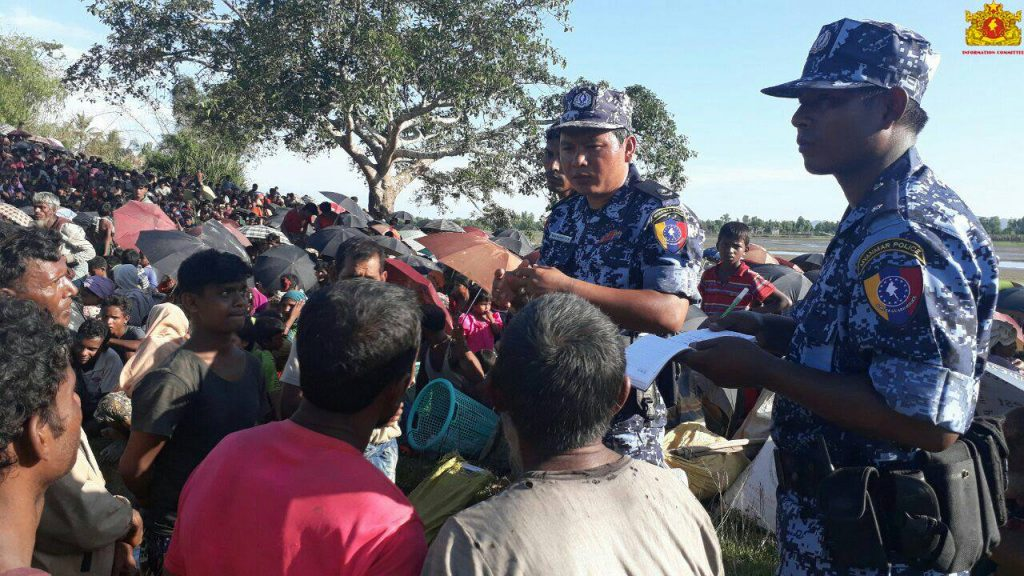 Border guard police talk to Muslims gathering at the border. Photo: Information Committee