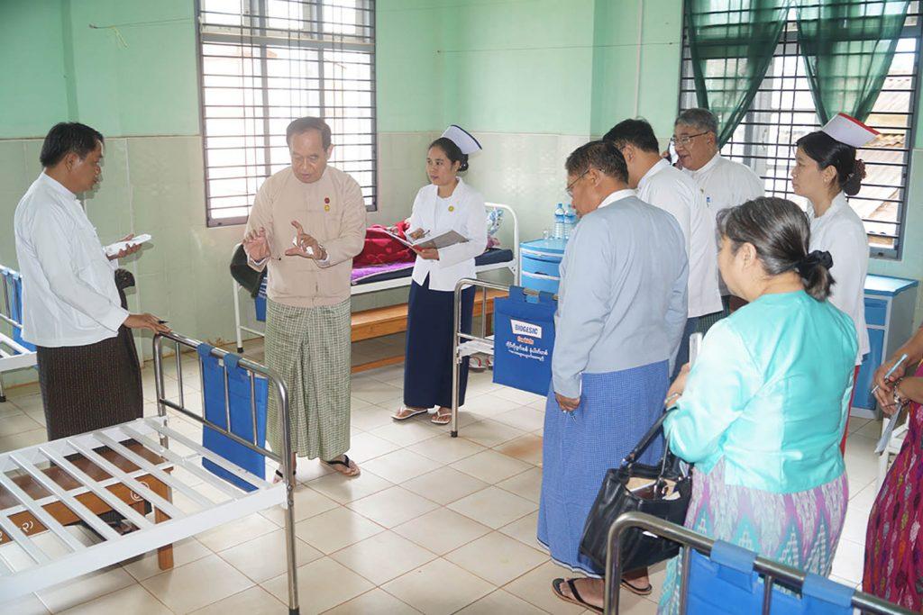 Union Minister Dr Myint Htwe visits Pekhon People's Hospital.Photo: MNA