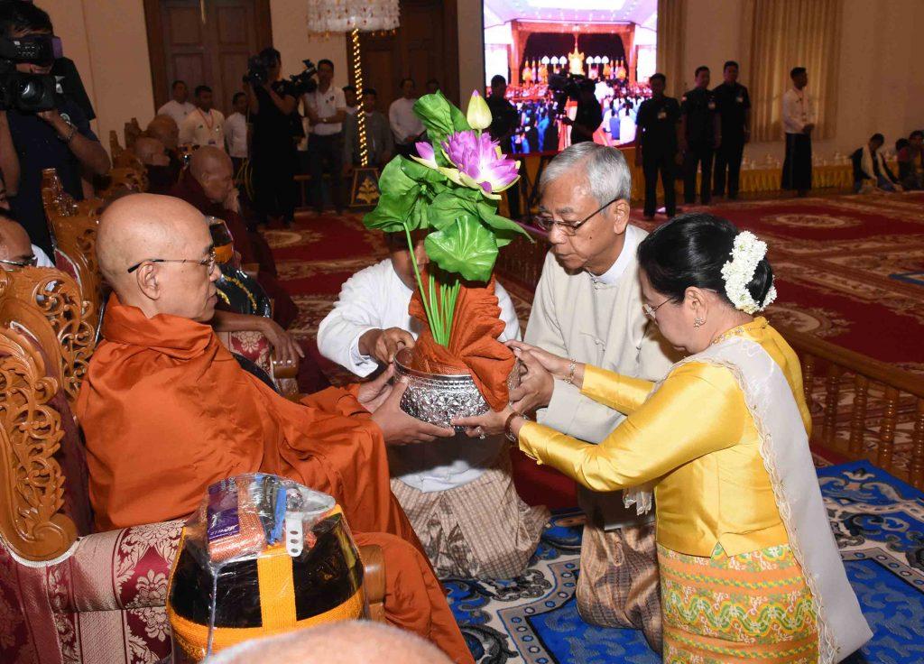 President U Htin Kyaw and wife Daw Su Su Lwin offer Kathina robes to a senior monk at Sasana Beikman in Nay Pyi Taw on 12 October 2017. Photo: MNA