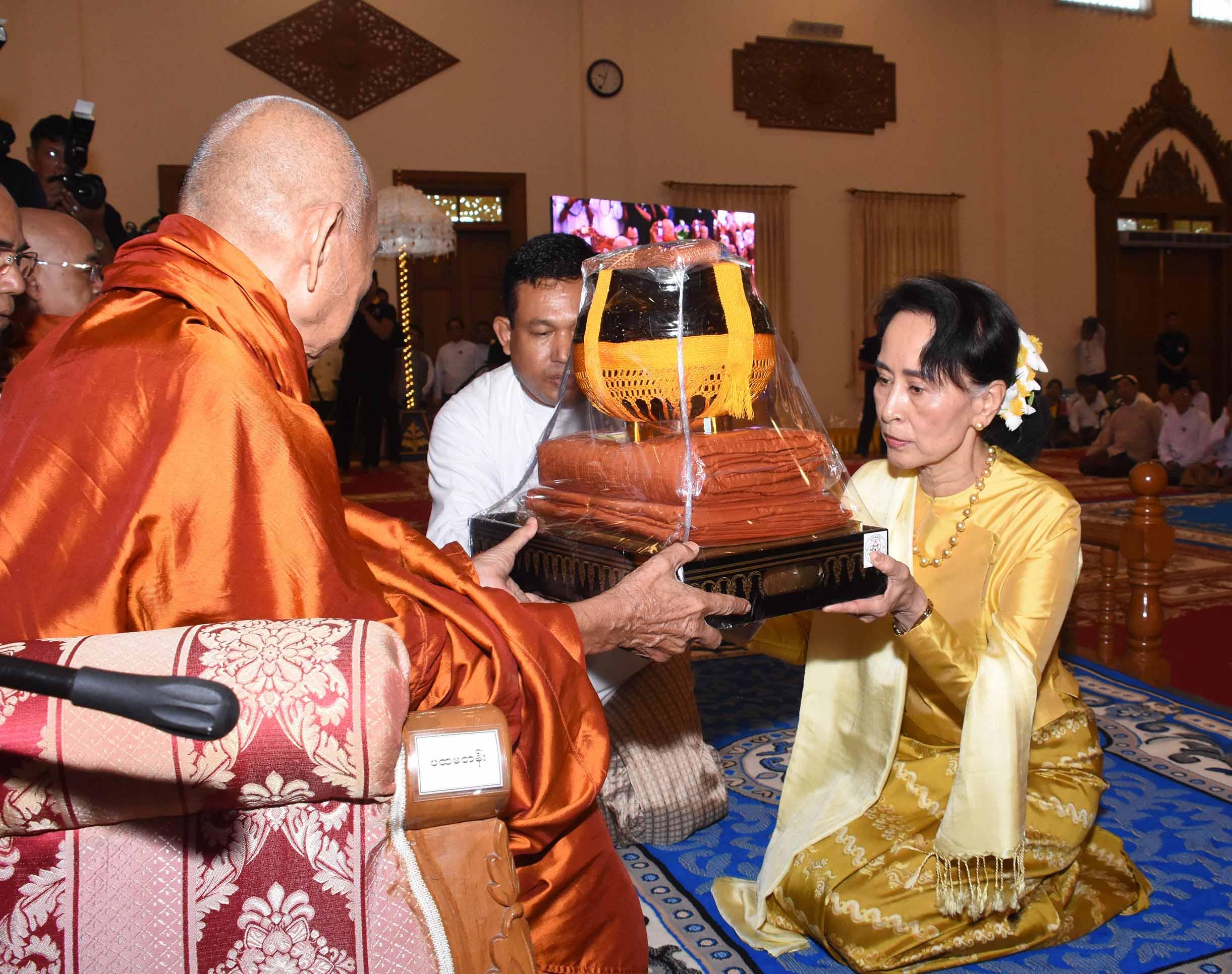 State Counsellor Daw Aung San Suu Kyi offers Kathina robes to a senior monk at Sasana Beikman in Nay Pyi Taw on 12 October 2017. Photo: MNA