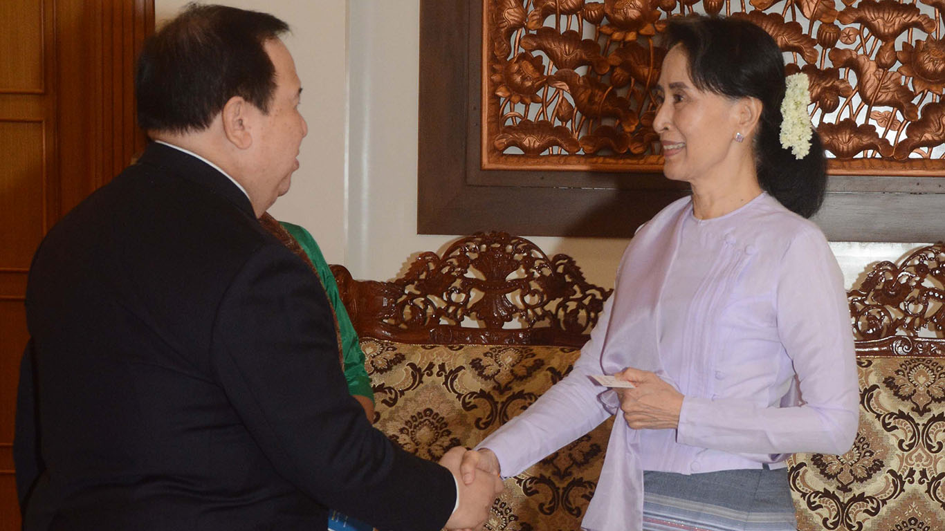 State Counsellor shakes hands with Mr. Richard Gordon, Chairman of Philippines Red Cross in Nay Pyi Taw.Photo: MNA