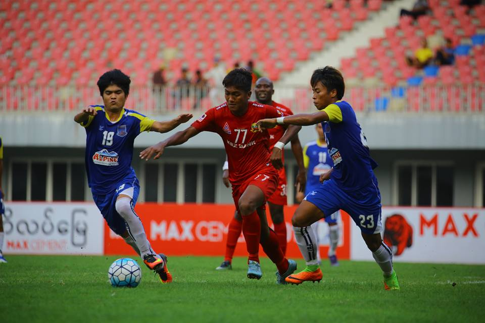 Players from Yadanabon and Shan United vie for the ball in yesterday's match at Mandalar Thiri Stadium in Mandalay.Photo:MNL
