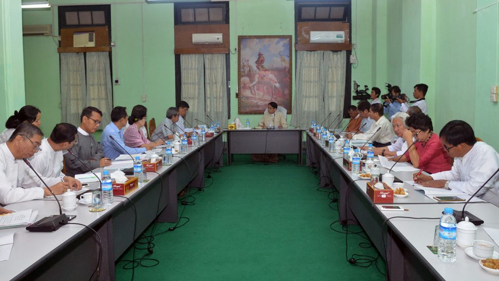 Union Minister Dr Pe Myint (Centre) holds talks with the laterati at the meeting on 17 December.Photo: MNA