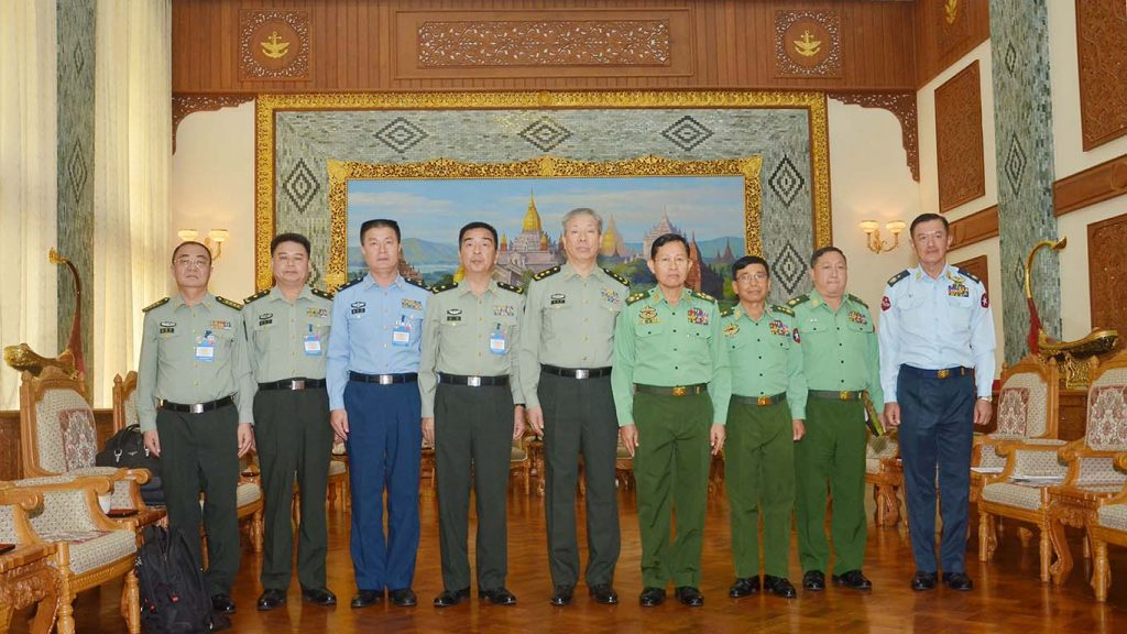 Vice Senior General Soe Win poses for a photo together with Chinese PLA Sourthern Theater Command delegation.Photo: MNA