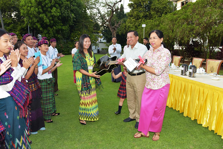 Catholic youths sing Christmas carols at residence of Tatmadaw Commander-in-Chief