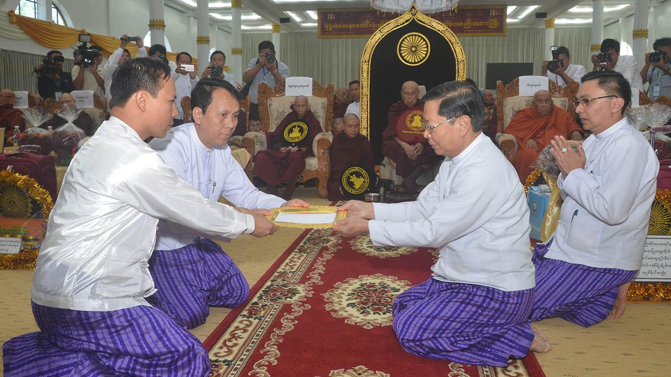 Yangon Region Chief Minister U Phyo Min Thein presents K3 million donated by President U Htin Kyaw and First Lady to Union Minister Thura U Aung Ko.Photo: MNA