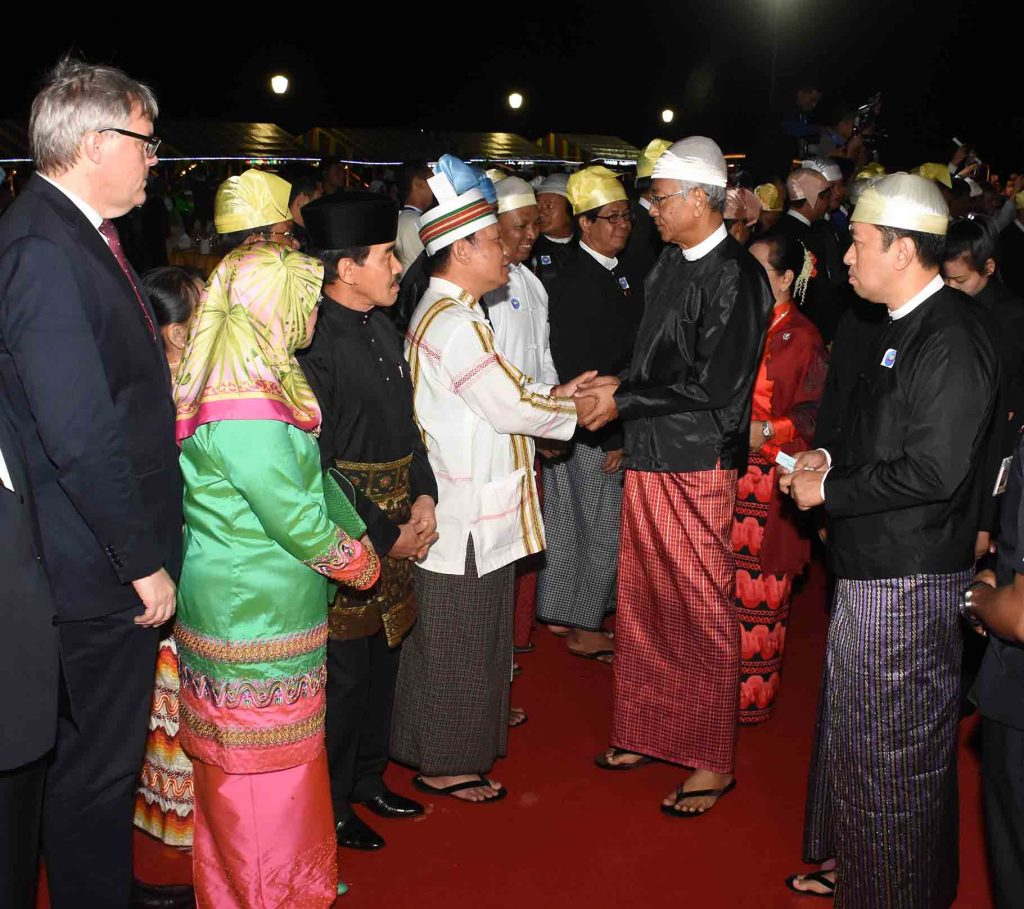 President U Htin Kyaw, second from right, welcomes guests, dignitaries and diplomats at a dinner in commemoration of the 70th anniversary of Independence Day at the Presidential Palace in Nay Pyi Taw yesterday evening.Photo: MNA