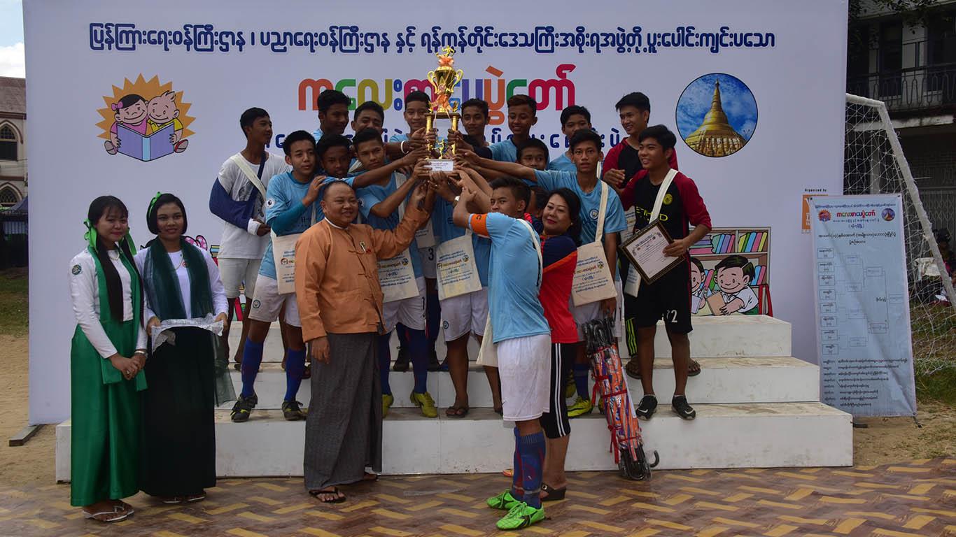Yangon Region Hluttaw Deputy Speaker U Lin Naing Myint presents the trophy to Yangon West District team. Photo: Zaw Gyi