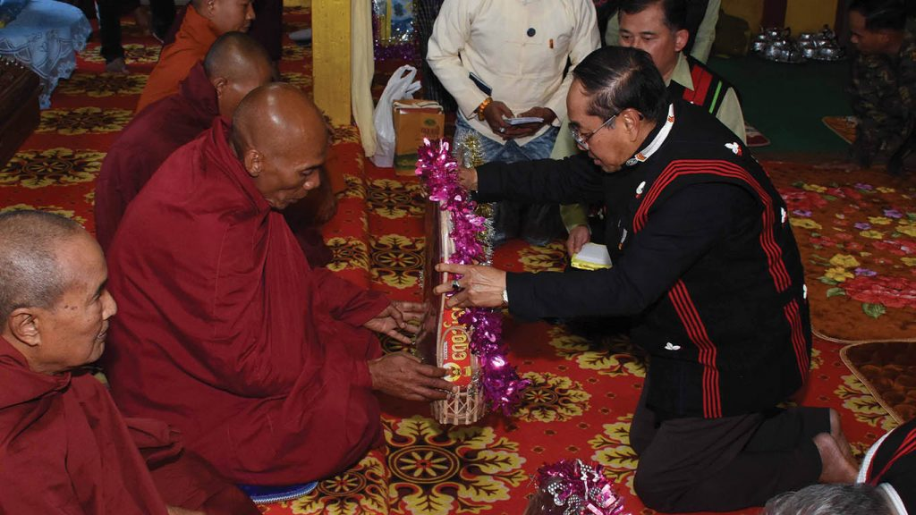 Vice President U Myint Swe presenting offertories to a Sayadaw. Photo: MNA