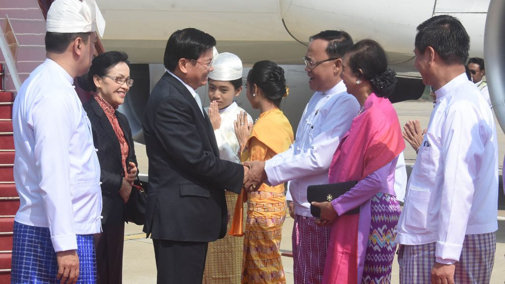 Lao Prime Minister and wife welcomed by Union Minister U Kyaw Tin and officials at Nay Pyi Taw International Ariport. Photo: MNA