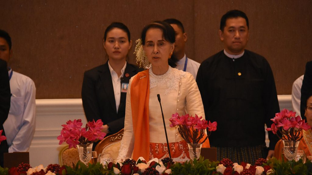 State Counsellor Daw Aung San Suu Kyi extends greeting  at the dinner in honour of visiting Laotian delegation.Photo: MNA